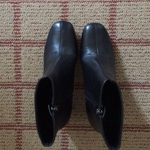 Marc Fisher LTD black leather ankle boots